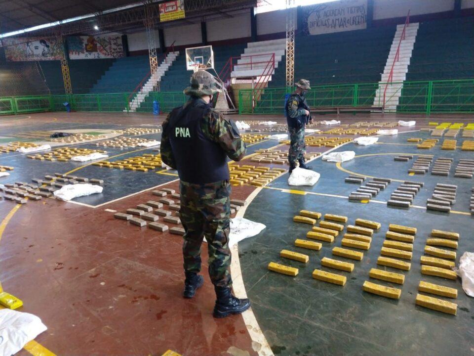 En dos operativos llevados adelante tanto en Corrientes como en Misiones, prefectura secuestró más de una tonelada de marihuana.